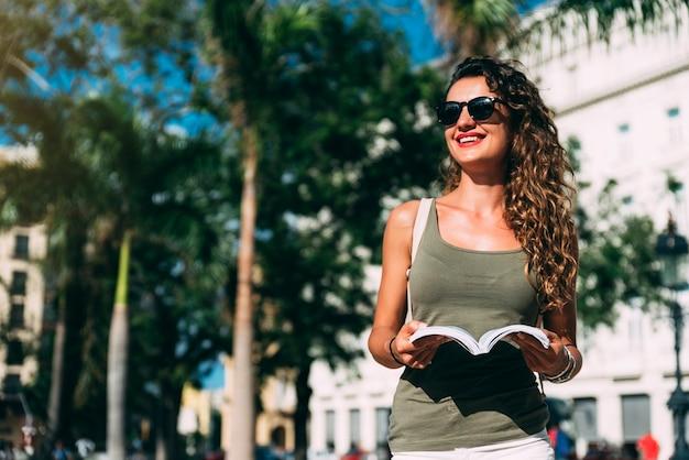 Touriste de belle femme profitant des vacances de vacances. concept de tourisme.
