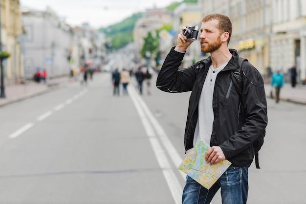 Touriste avec carte et caméra