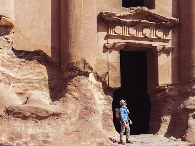 Touriste dans une ville de petra en jordanie
