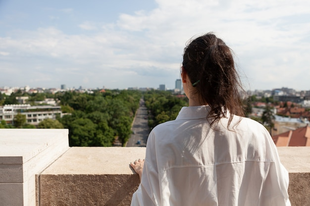 Touriste debout sur la terrasse de la tour profitant des vacances d'été