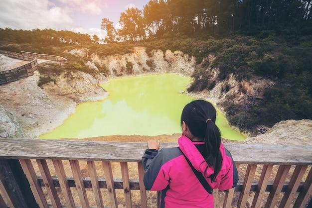 Touriste à devil's cave pool à rotorua