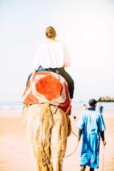 Touriste à dos de chameau