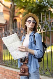 Touriste élégant avec chapeau et lunettes de soleil