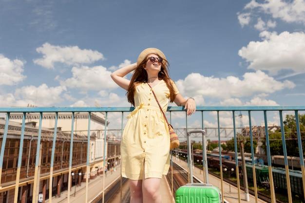 Touriste de faible angle portant un chapeau