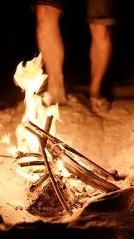 Touriste fait un feu sur la plage