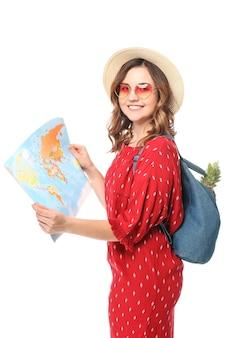 Touriste féminin avec la carte du monde sur le blanc