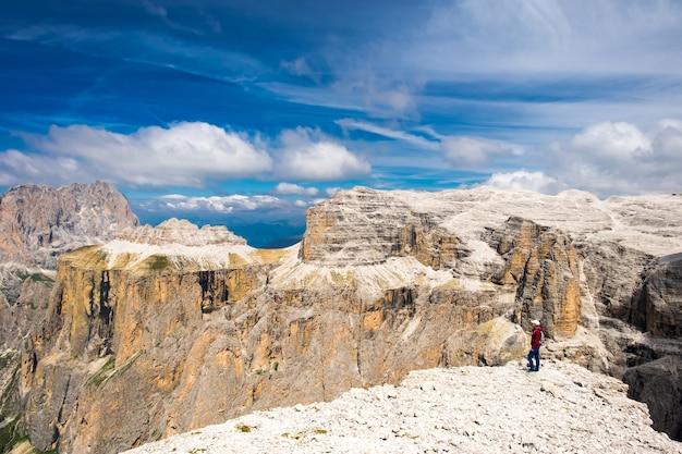 Touriste fille au sommet dans les dolomites italiennes admire la vue