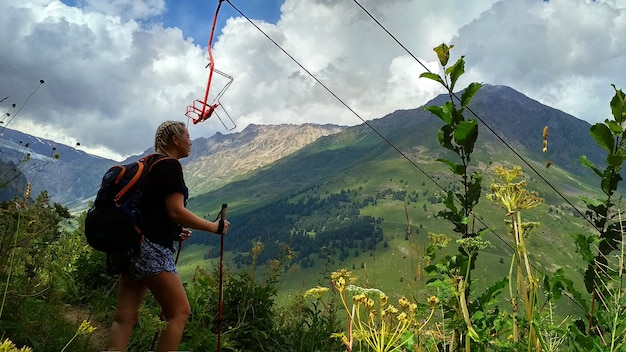 Touriste de fille avec le sac à dos dans les montagnes