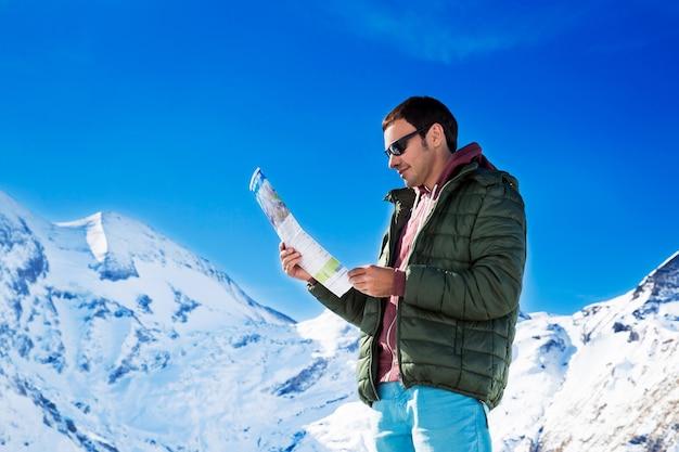 Touriste sur le fond des montagnes enneigées