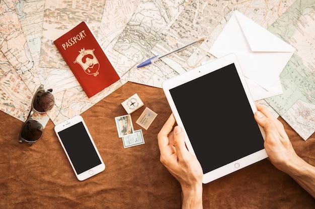 Touriste avec des gadgets à table