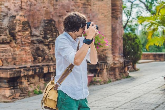 Touriste homme au vietnam po nagar cham tovers asie voyage sur le vietnam