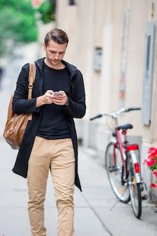 Touriste homme avec une carte de la ville et sac à dos dans la rue de l'europe.