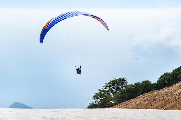 Un touriste avec un instructeur a volé du mont babadag.turquie