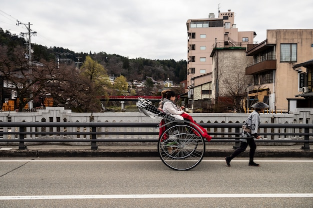 Touriste japonais en pousse-pousse à takayama