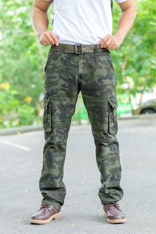 Touriste mâle dans le parc. concept de tourisme et de voyage, pantalon cargo