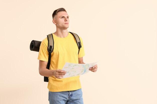 Touriste masculin avec carte