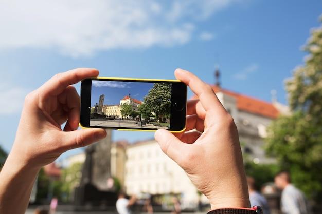 Touriste masculin prendre une photo sur le smartphone. photo en gros plan