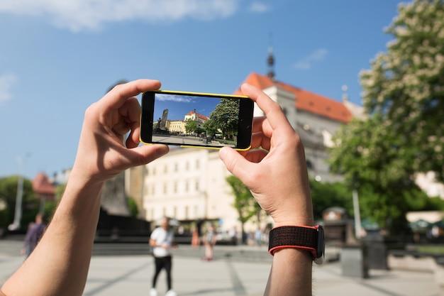 Touriste masculin prendre une photo sur le téléphone mobile. photo en gros plan