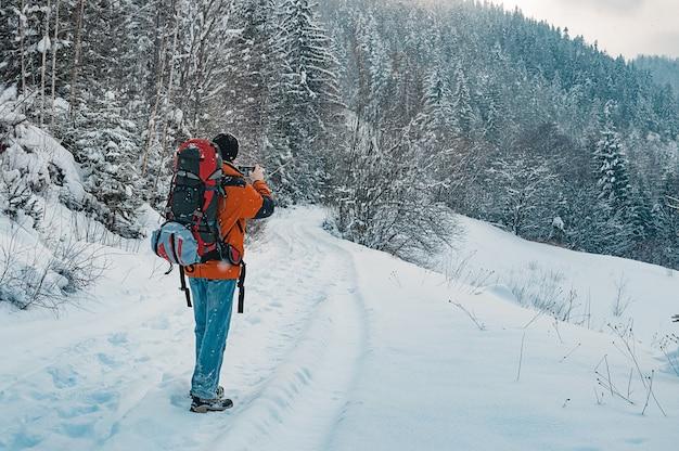 Touriste paysage d'hiver prenant une photo