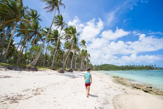 Touriste sur une plage tropicale aux philippines