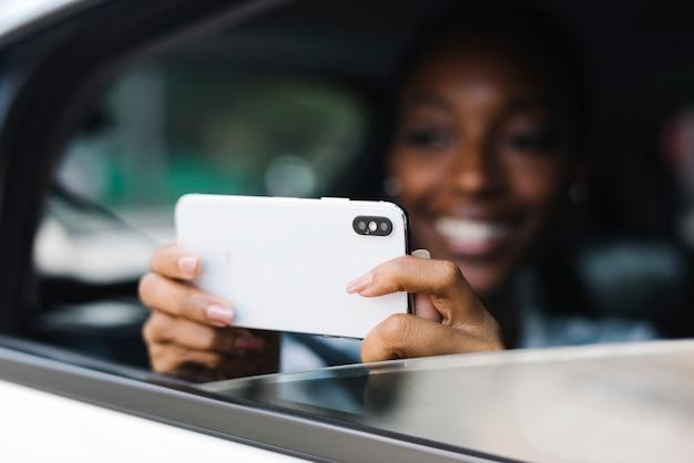 Touriste prenant une photo dans la voiture
