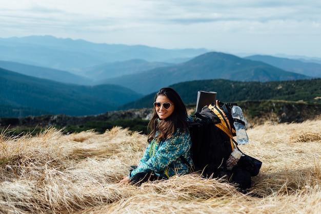 Touriste prévalent au sommet de la montagne. détendez-vous et profitez de la vue