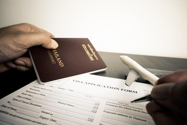 Le touriste remplit un formulaire de demande de visa