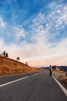 Touriste sur la route de montagne