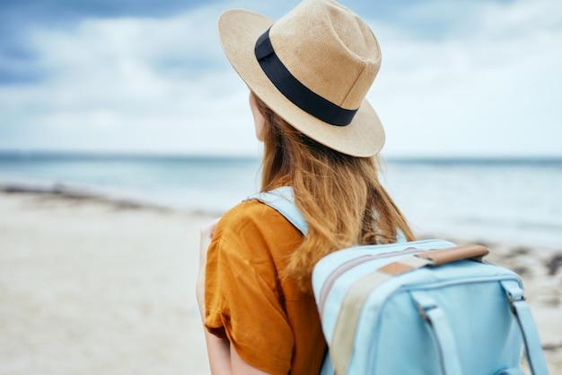 Une touriste avec un sac à dos voyage sur l'air frais de l'île de la plage