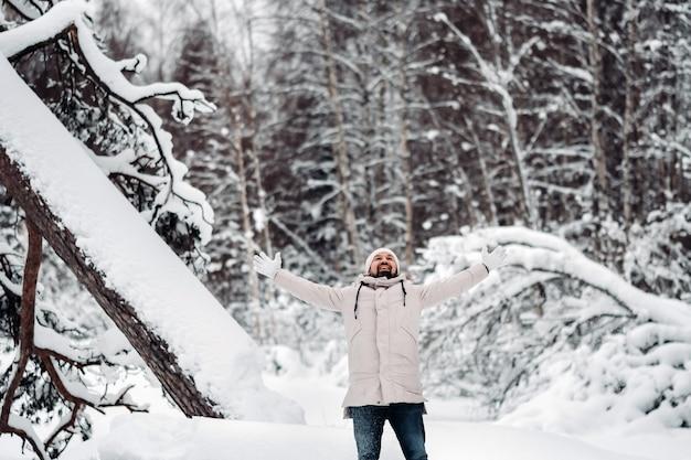 Un touriste se promène dans une forêt enneigée. forêt d'hiver en estonie.jour à travers la forêt d'hiver.