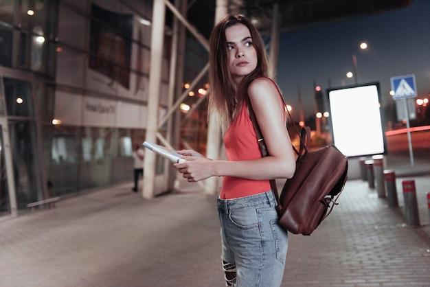 Touriste seule avec une carte dans ses mains vérifiant si l'itinéraire est correct