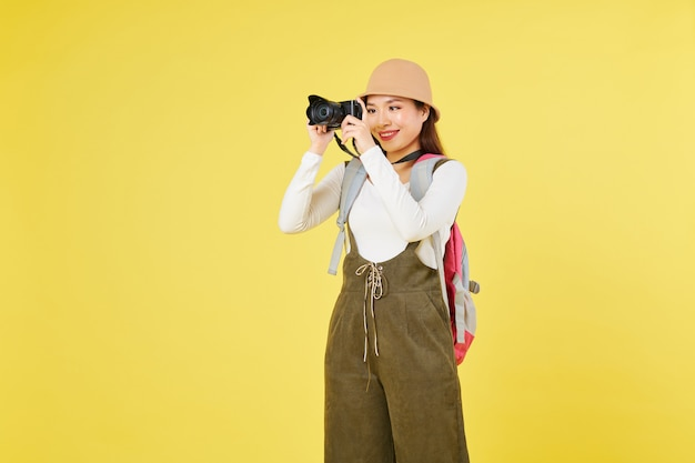 Touriste souriant prenant des photos