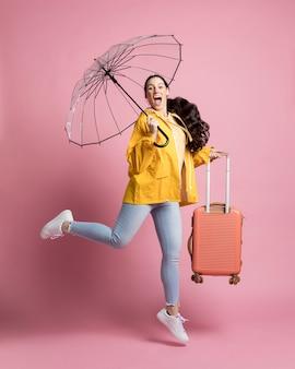 Touriste tenant ses bagages