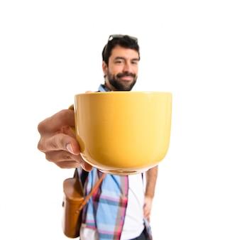 Touriste tenant une tasse de café