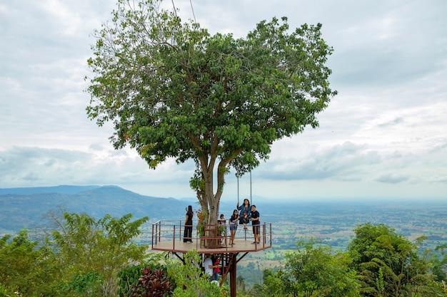 Touriste thaïlandais profiter et passionnant au grand arbre de cœur géant