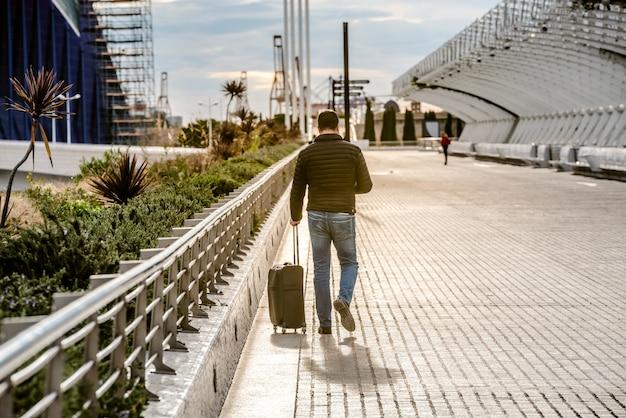 Touriste tirant sa valise.
