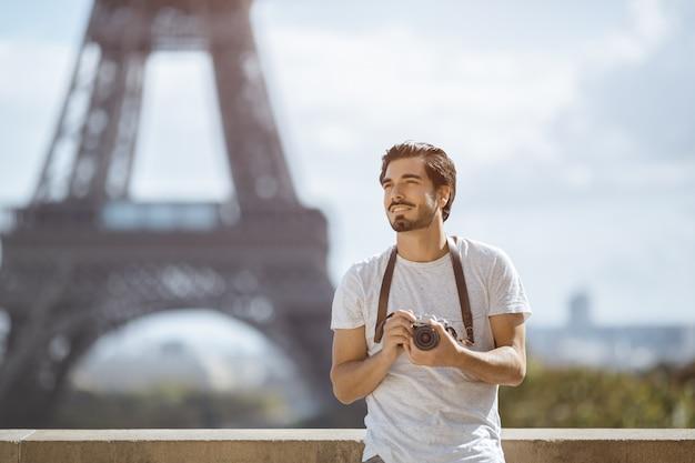 Touriste touristique avec appareil photo prenant des photos devant la tour eiffel, paris,