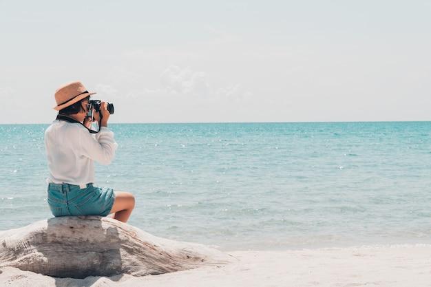Le touriste en tournage en mer par une belle journée.