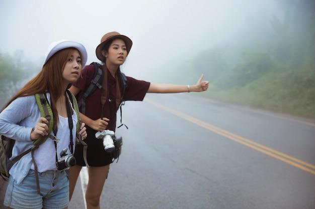 Les touristes asiatiques demandent de l'aide