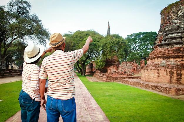 Touristes asiatiques, hommes et femmes âgés visitant les ruines d'ayutthaya en thaïlande
