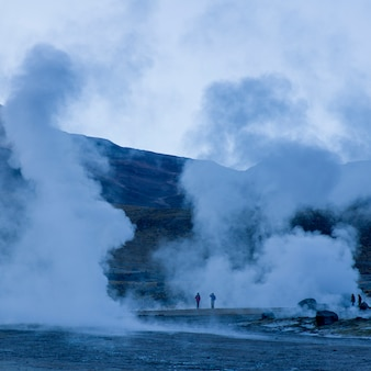 Touristes au geyser el tatio, san pedro de atacama, province d'el loa, région d'antofagasta, chili