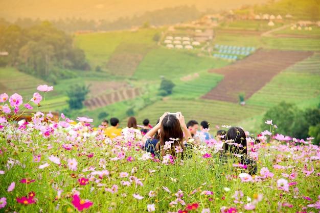 Touristes au jardin de fleurs de montagne mon chaem mae rim à chiang mai
