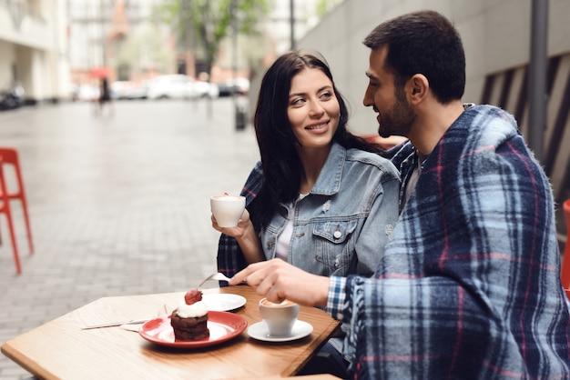 Touristes de café et de petit gâteau au restaurant en plein air.