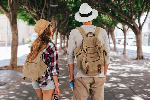 Les touristes avec chapeau et sac à dos