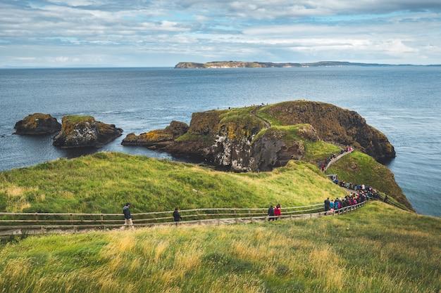 Touristes sur le chemin en bois. irlande du nord.
