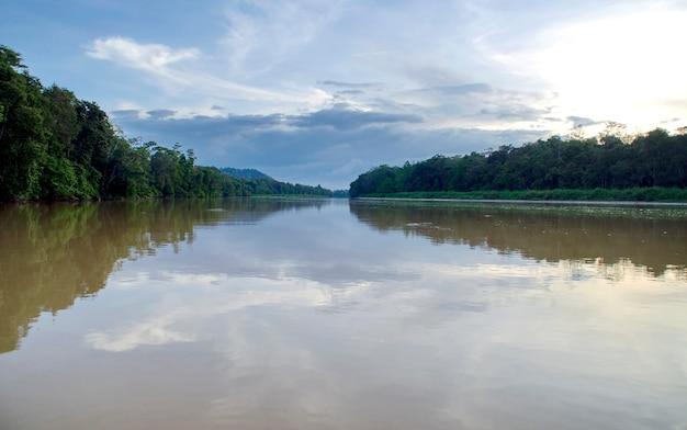 Les touristes sur une croisière en bateau le long de la rivière kinabatangan, l'une des concentrations les plus diverses de la faune de bornéo.