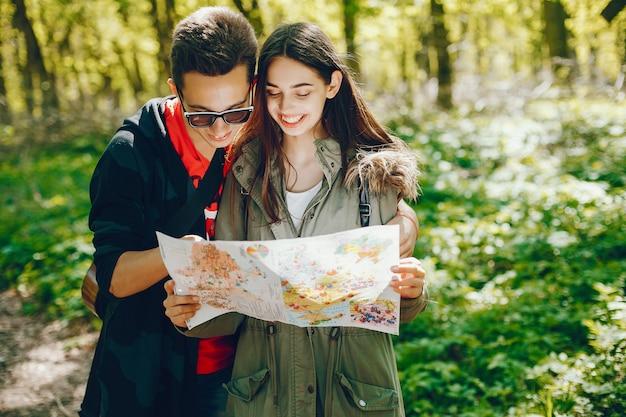 Touristes dans une forêt