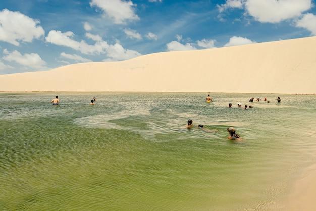 Les touristes dans les lagunes du parc national lencois maranhenses barreirinhas maranhao brésil