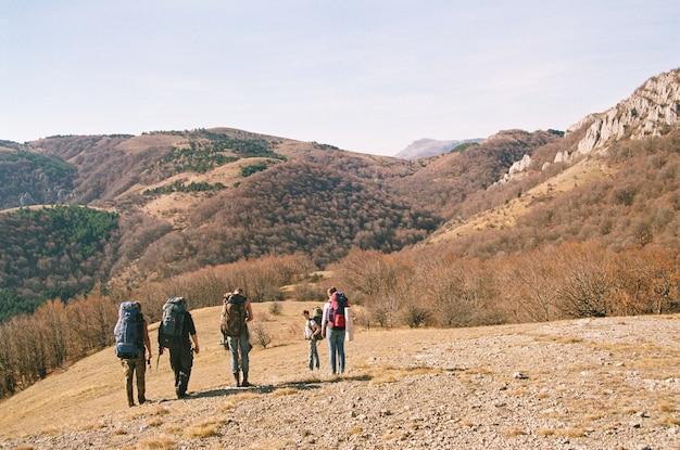 Touristes dans les montagnes dans la forêt d'automne