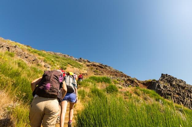 Touristes dans les montagnes